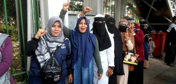 Beginilah Pendapat Emak-emak Militan dari Relawan Posko Muslim tentang Sukmawati