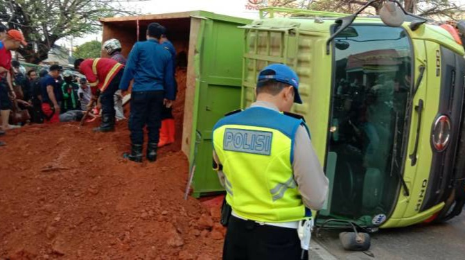 Truk Tanah Tindih Minibus di Tangerang, 4 Tewas 1 Balita Selamat