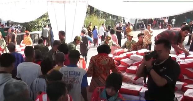 Jokowi Bagikan Ribuan Sembako Saat Idul Fitri untuk Warga Solo