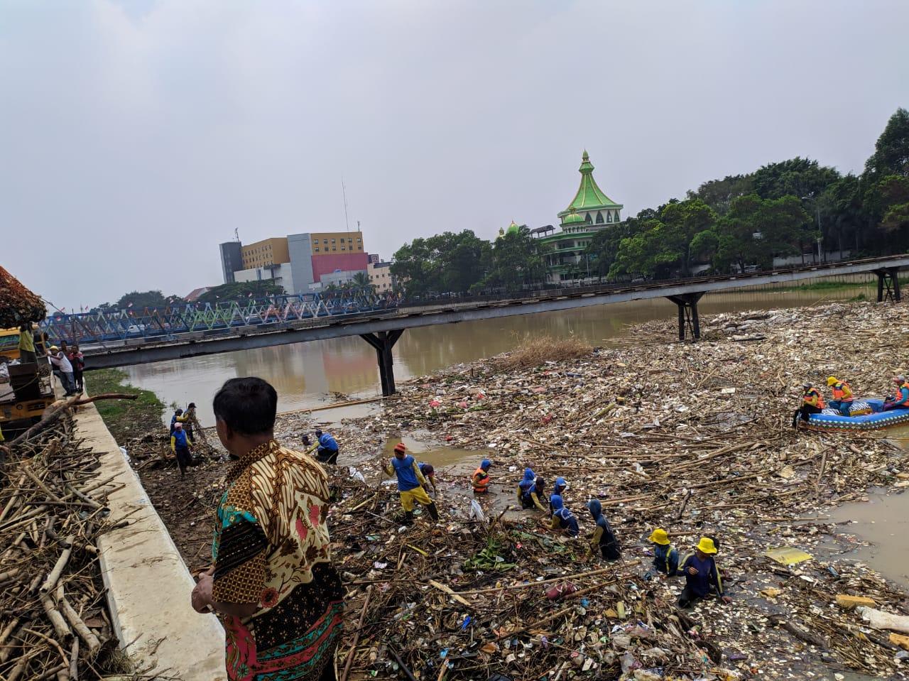 Sampah Kiriman Cipeucang di Cisadane Diangkut Hingga 20 Truk