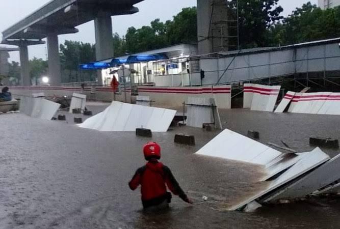 Anggaran Bikin Trotoar Lebih Besar, Anies Dituding Ngga Serius Atasi Banjir