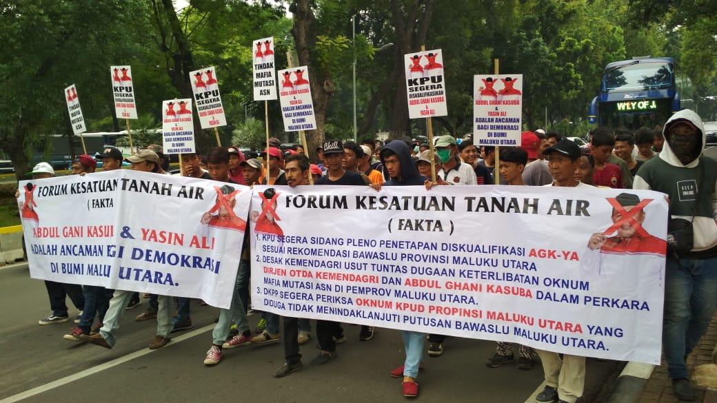 Ratusan Massa Fakta Demo di Depan Gedung MK Menuntut Cagub Petahana Malut didiskualifikasi