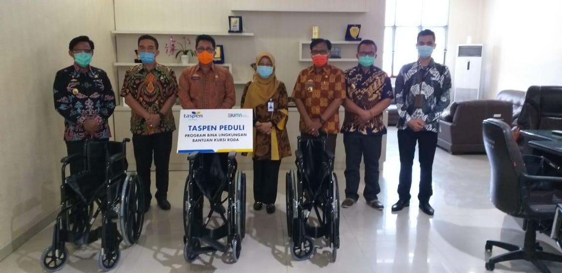 Sekda Lampung Selatan Terima Bantuan Kursi Roda Untuk Pensiunan Dari PT Taspen