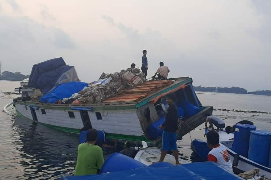Tersangkut Karang, Kapal Logistik Ke Pulau Kelapa Karam
