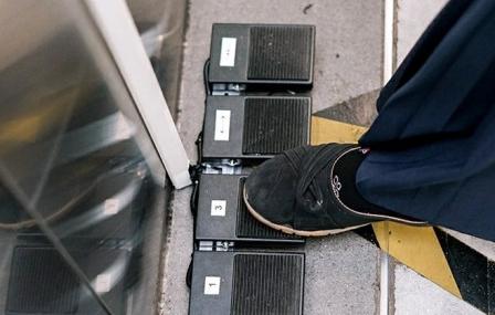 Cegah Penyebaran Korona Lift Stasiun LRT Pegangsaan Dua Dilengkapi Teknologi Foot Switch