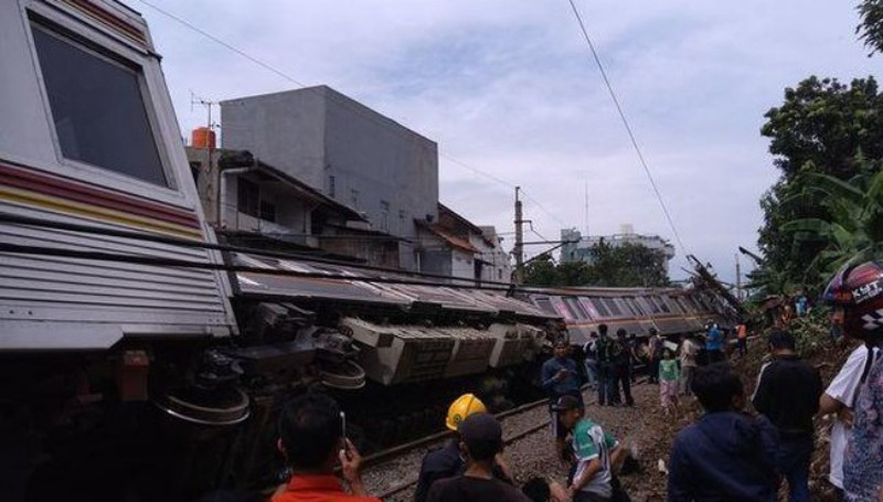 Tertimpa Tiang Listrik, Kereta Jakarta-Bogor Terguling di Kebon Pedes