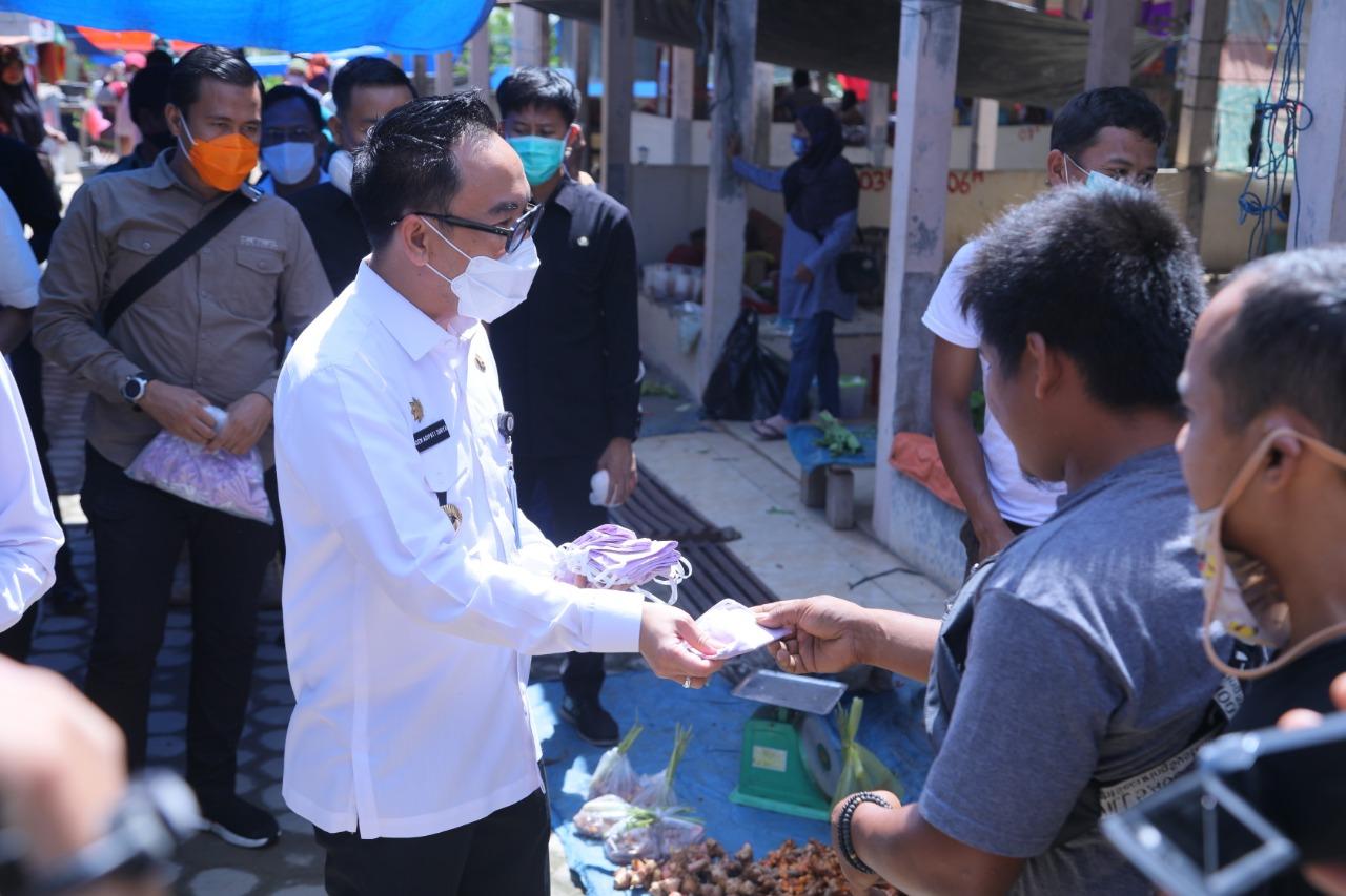 Raden Adipati Surya Bagikan Masker Kepada Pedagang dan Pembeli.