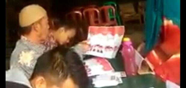 Terbongkar! Petugas TPS di Cianjur Arahkan Warga Pilih Pasangan Rindu