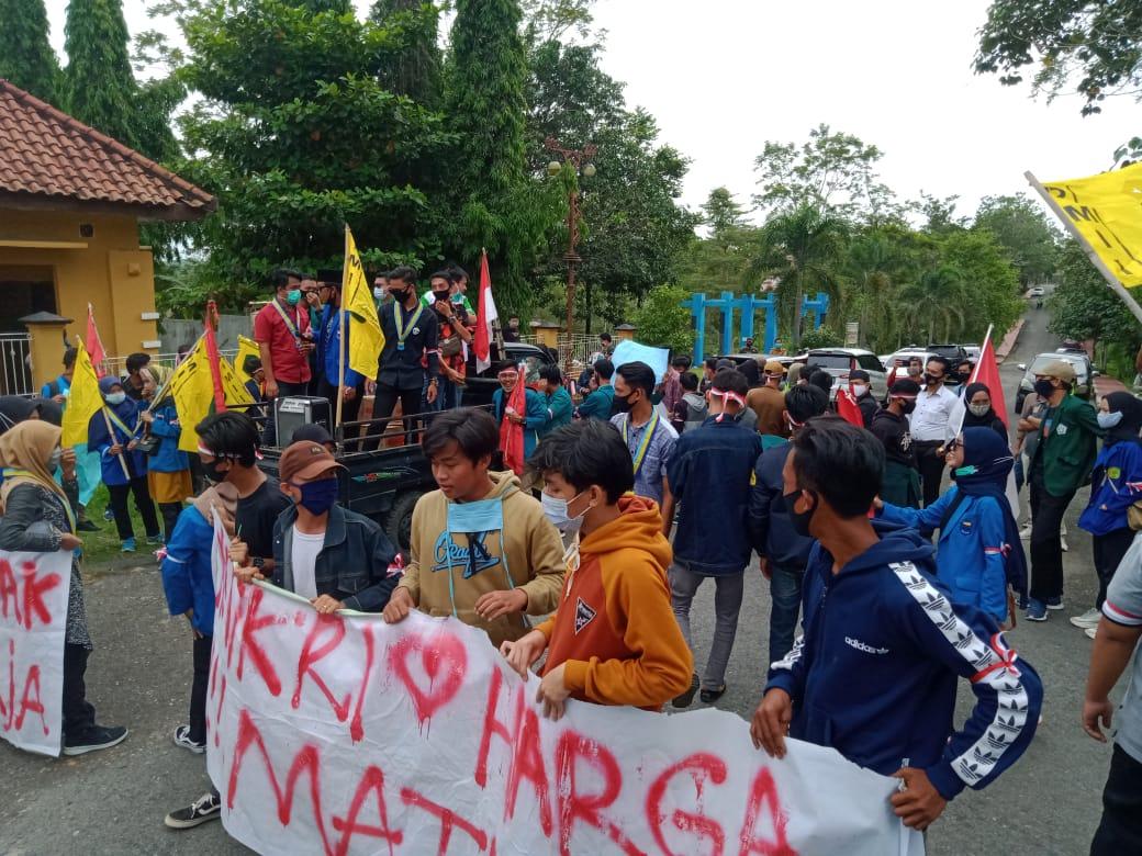 Ratusan Mahasiswa Ngeluruk ke DPRD Way Kanan