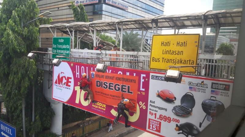 Tim Terpadu Segel Puluhan Reklame di Jalan S Parman