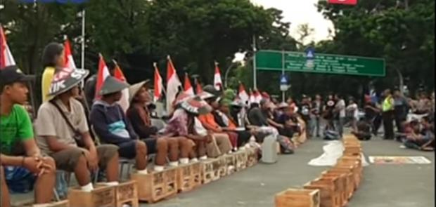Dukung Petani Kendeng, Aktivis Walhi Mengecor Kaki