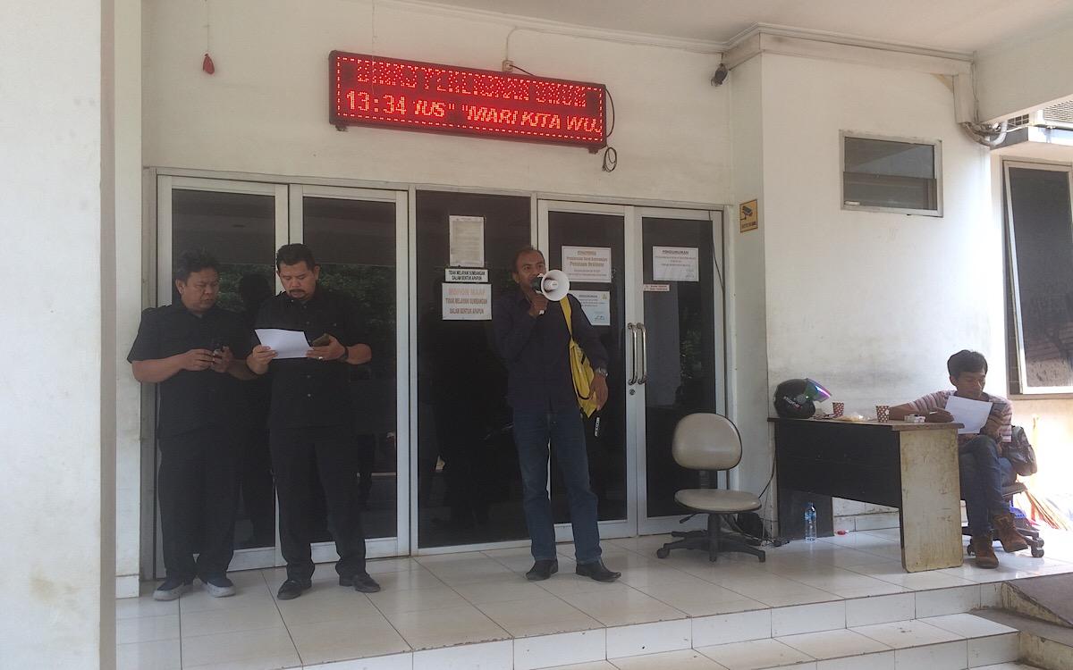 Aksi Tuntut Keterbukaan Informasi di Dinas PU Tangsel, Keamanan Dinas: Kalo Mabok Jangan Disini