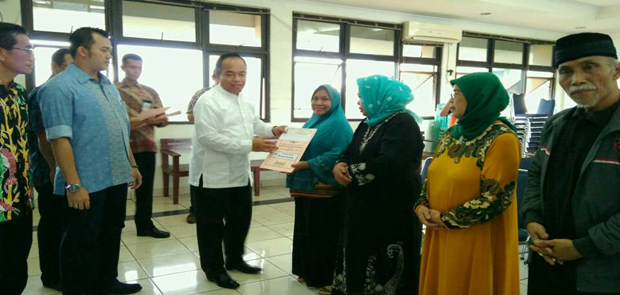 Walikota Jaktim Memberikan Santunan 11 Kaum Dhuafa