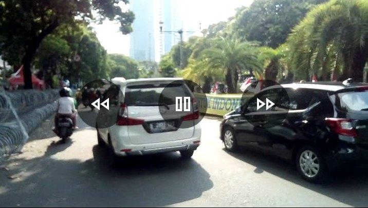 Emak-emak 02, Demo Bentangkan Spanduk 1 Km di Depan Kantor KPU