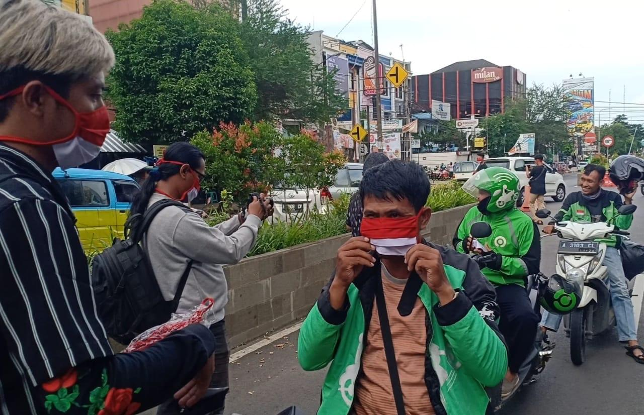 Lawan Corona, Jurnalis dan KIK Banten Sebar 3000 Masker Merah-Putih