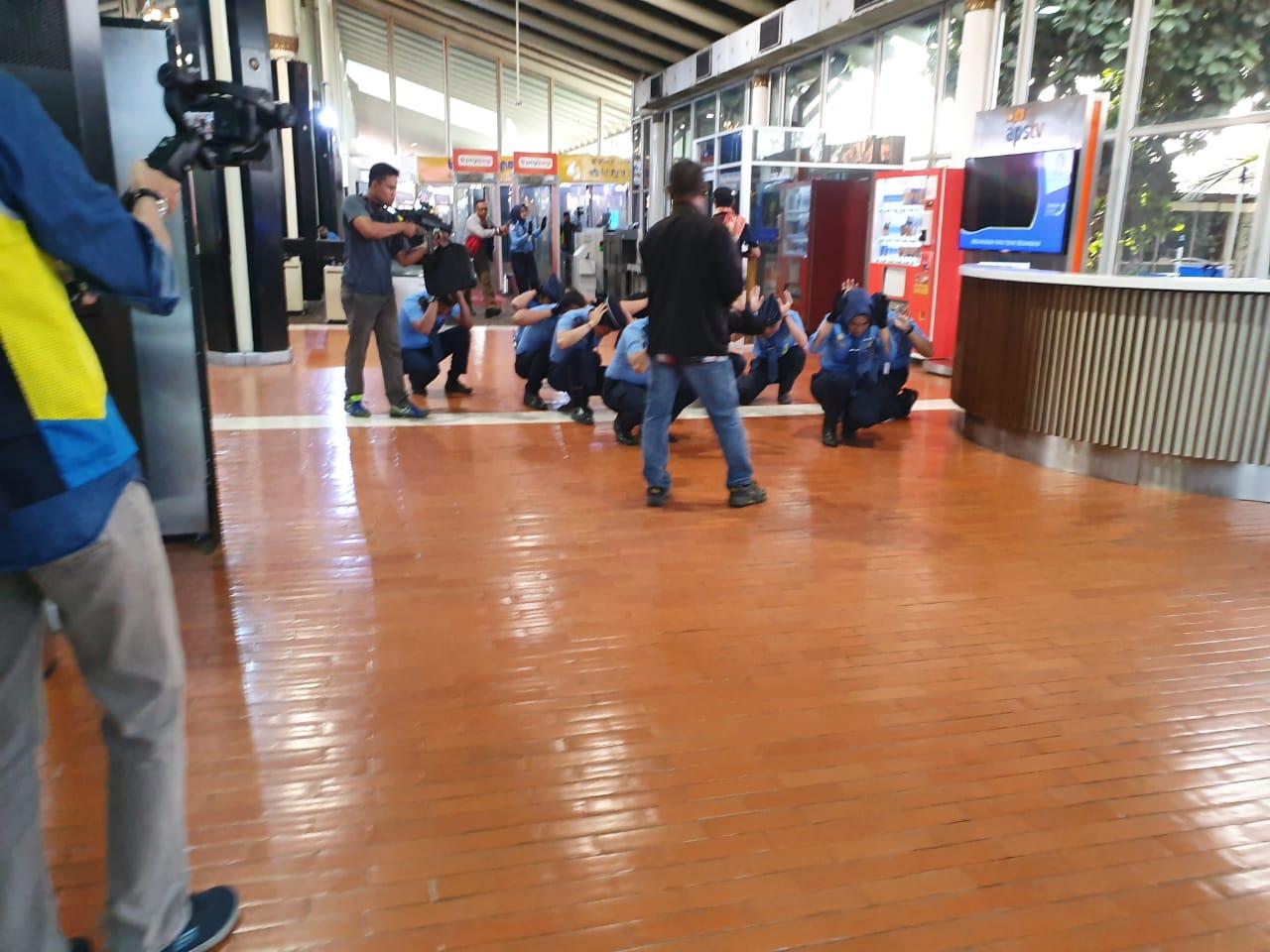Teroris Masuk Bandara Soetta, Petugas Avsec dan Penumpang Pesawat Disandera