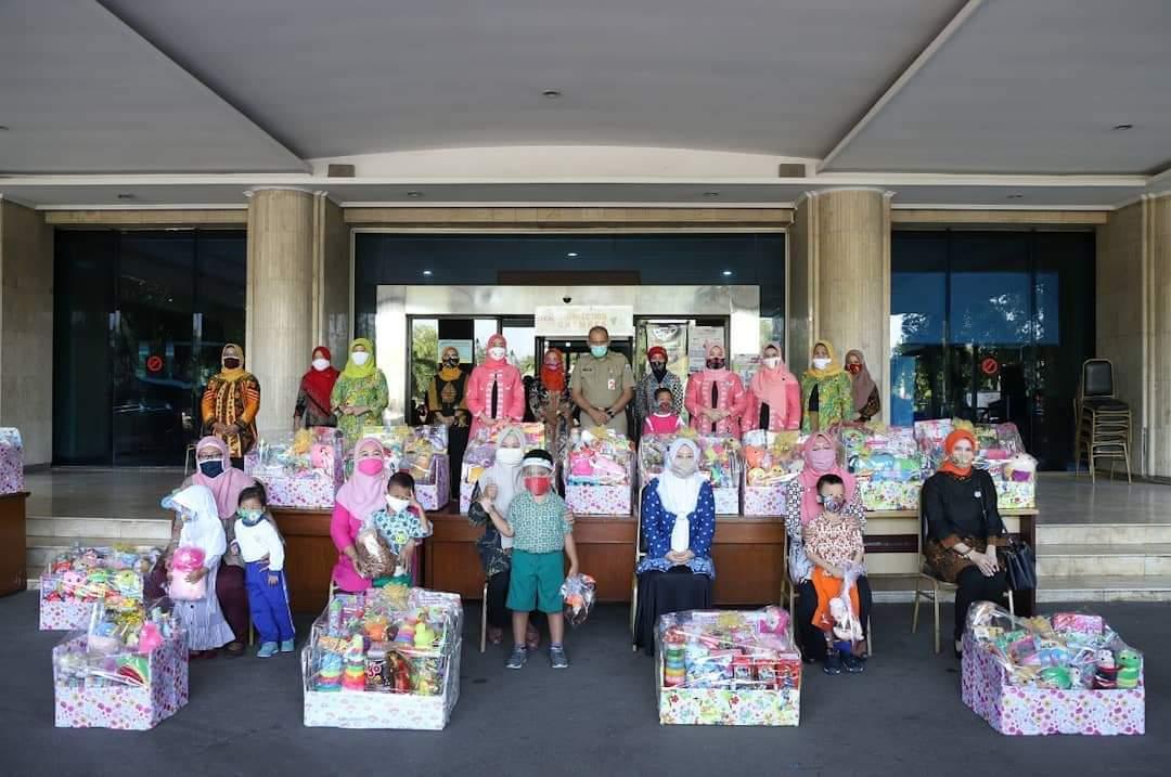 Istri Walikota Jakarta Utara Bagikan Paket Mainan Anak