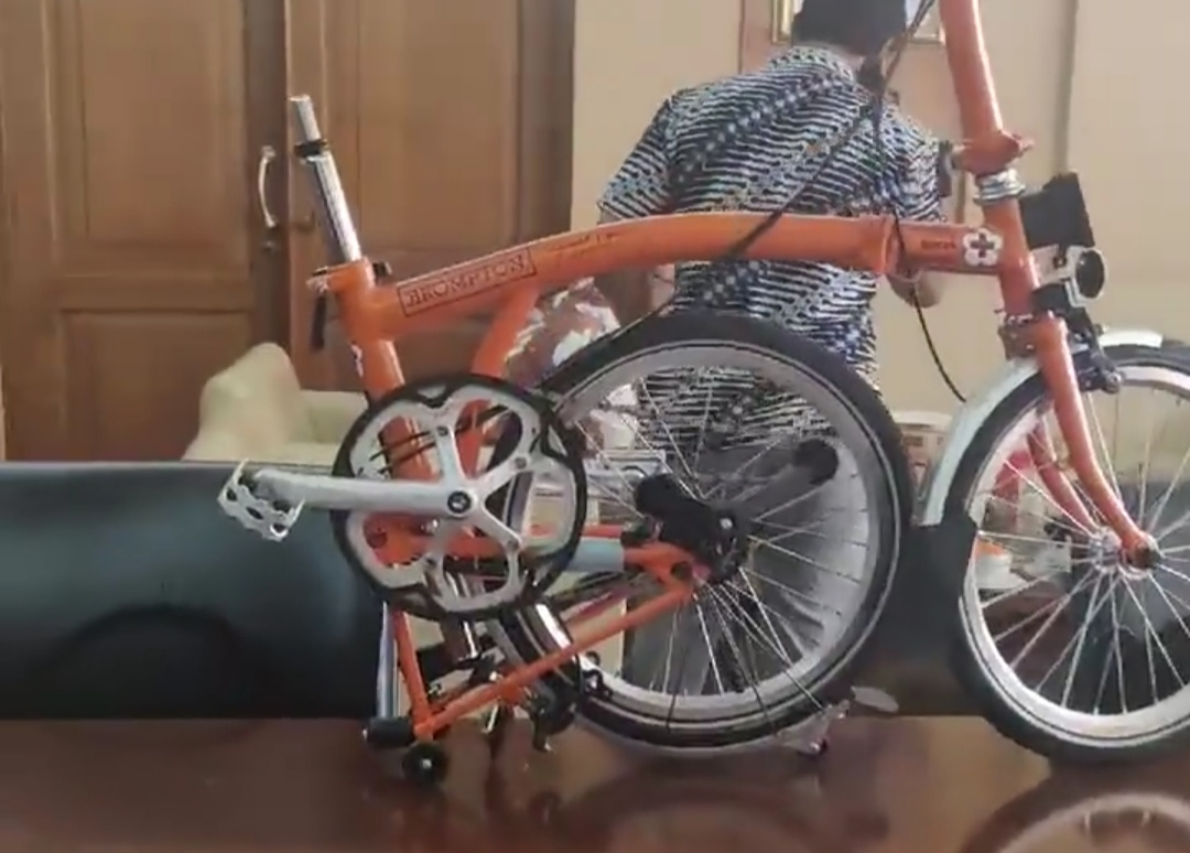 PMI Lelang Sepeda Bertandatangan JK dan Sandiaga