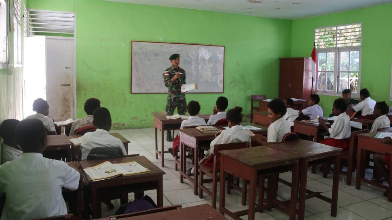 Anggota TNI Satgas Yonif MR 411/Pdw Kostrad Bantu Mengajar di Sekolah Perbatasan