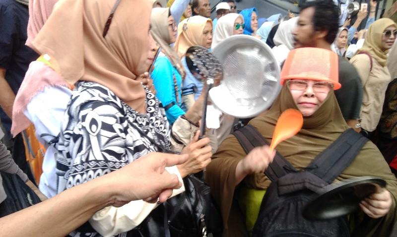 Bawa Peralatan Dapur, Emak-emak Militan Tuntut KPU Jangan Curang