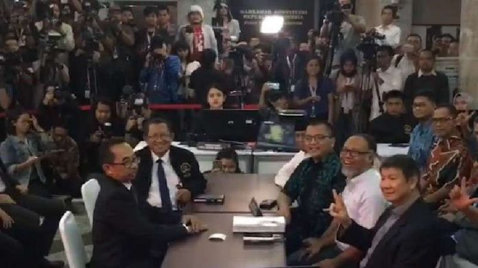 Bawa 51 Alat Bukti, Kubu Prabowo Resmi Layangkan Gugatan Pemilu ke MK
