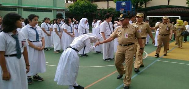 Walikota Jakarta Timur Tinjau Pelaksanaan UNBK di SMAN 21