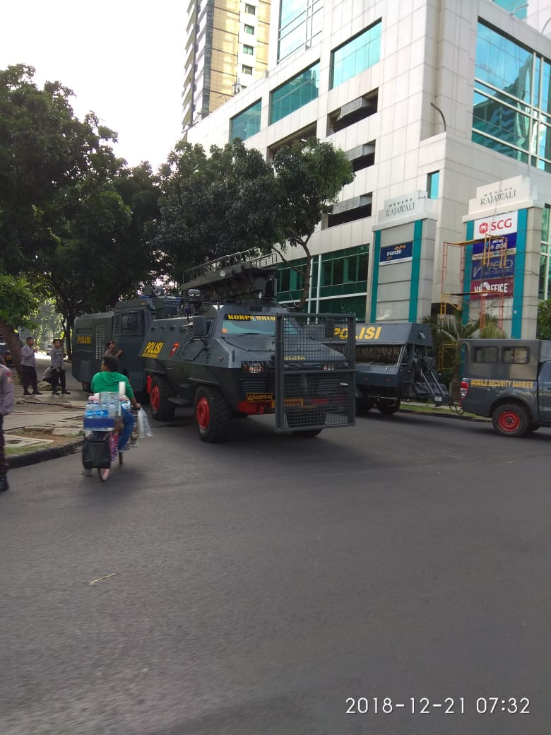 Sejumlah kendaraan berat juga turut disertakan oleh pihak keamanan untuk antisipasi