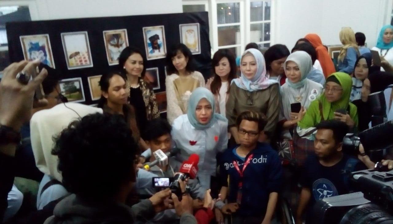 Nur Asia Berfoto bersama usai memberikan keterangan pres