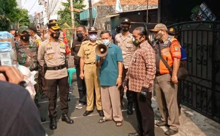 Pemukiman Warga di Jalan Intan Kemayoran Di Lockdown Mikro