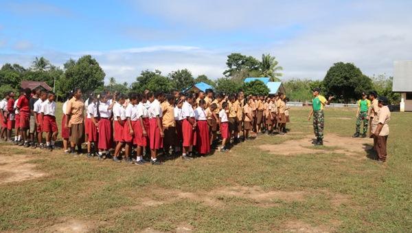 Prajurit TNI Yonif 411 Latih Pelajar SMP Perbatasan RI-PNG Tata Cara Upacara Bendera