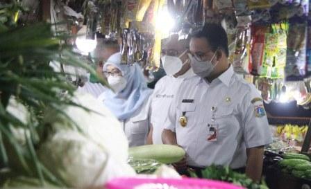 Tinjau Tiga Pasar, Gubernur Anies Pastikan Harga Pangan Stabil dan Protokol Kesehatan Berjalan Baik