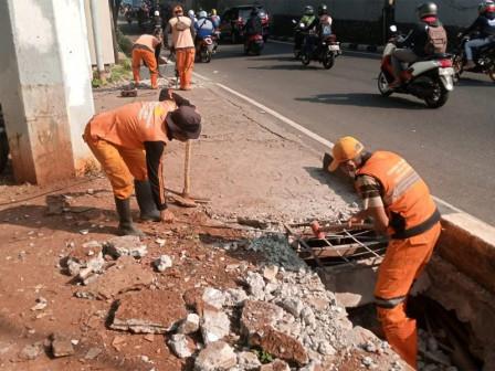 Beton Penutup Saluran di Jl TB Simatupang Dibongkar