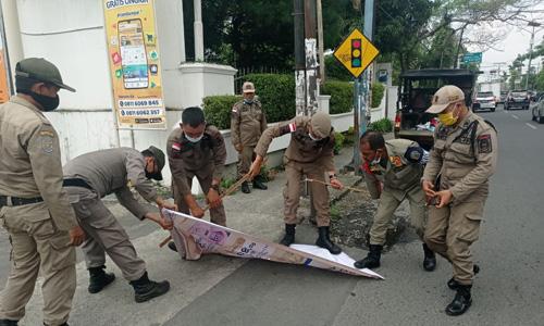 Satpol PP Sumut Tertibkan Reklame Menyimpang
