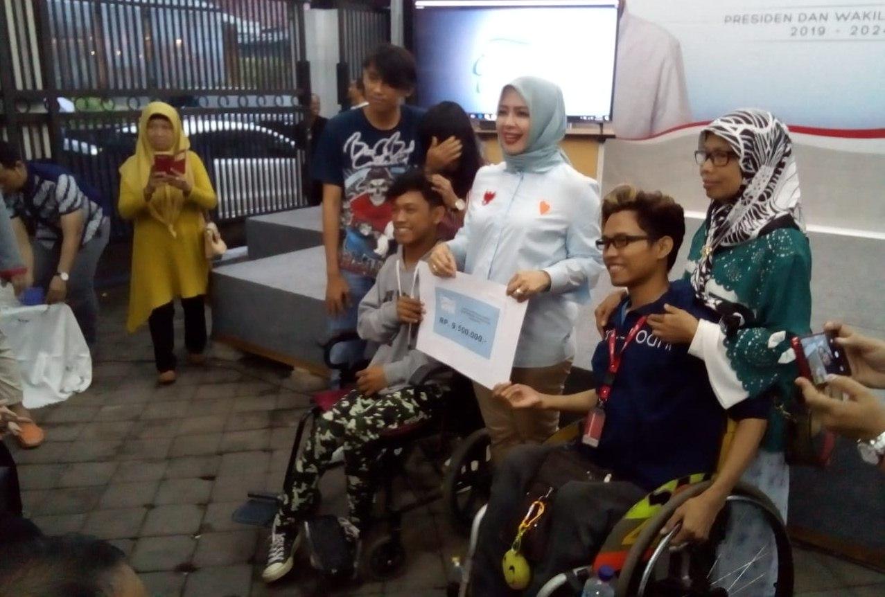 Nur Asia memberikan donasi pada karya Disabilitas