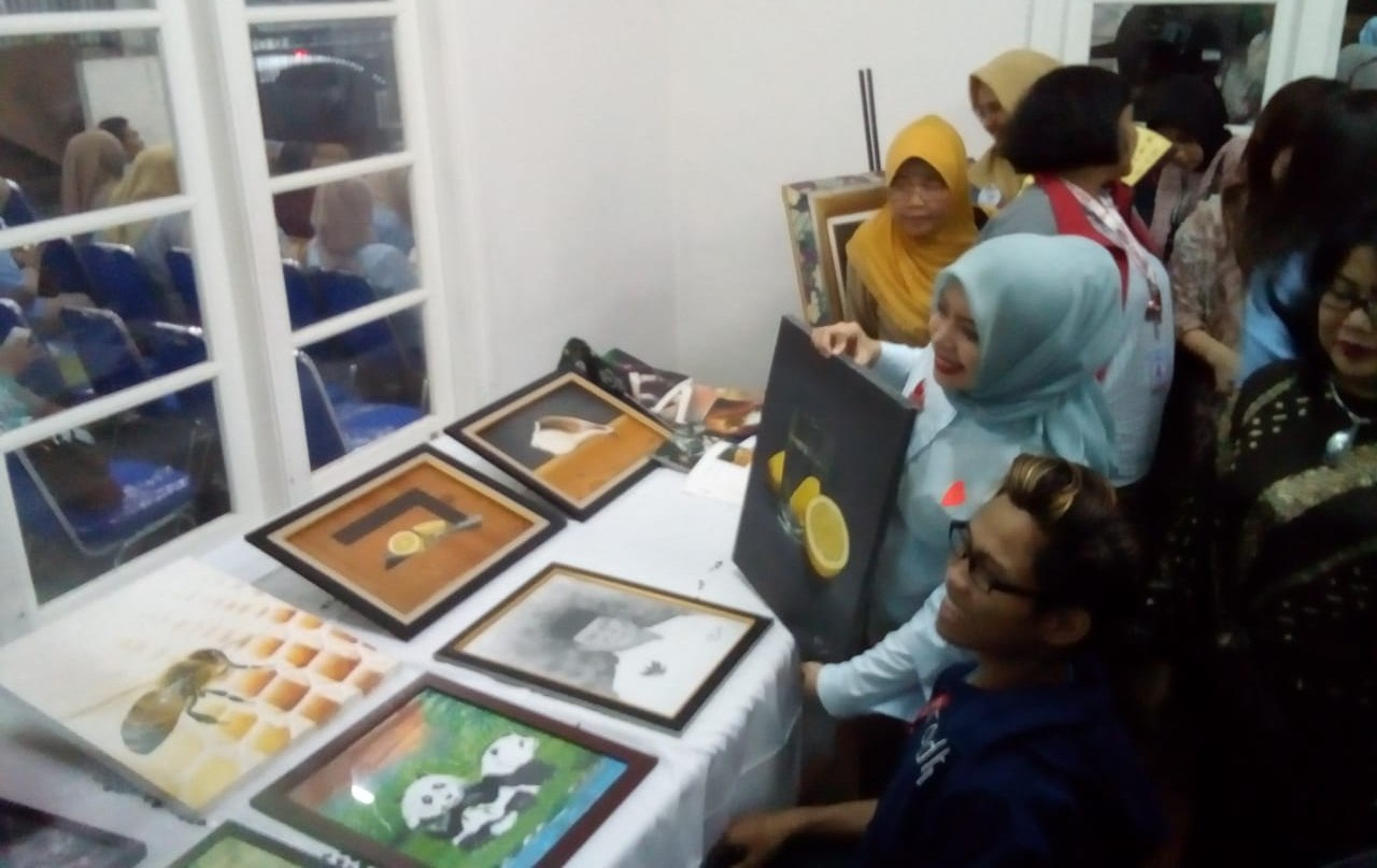 Nur Asia Uno melihat karya para Disabilitas